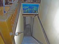 2F階段から1Fを見る
